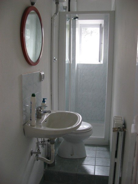 15 latest best small bathroom designs for small spaces for Latest small bathroom designs