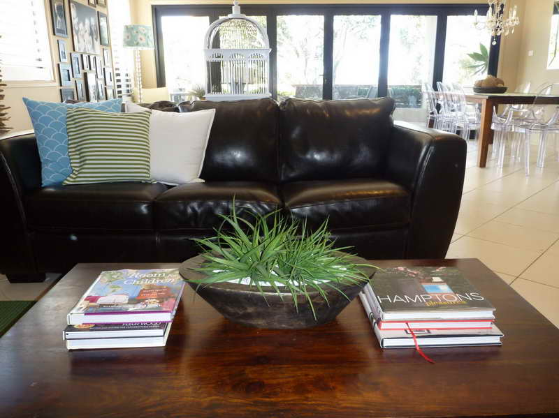 Creative-Coffee-Table-Decorating-Ideas-with-black-leather-sofa