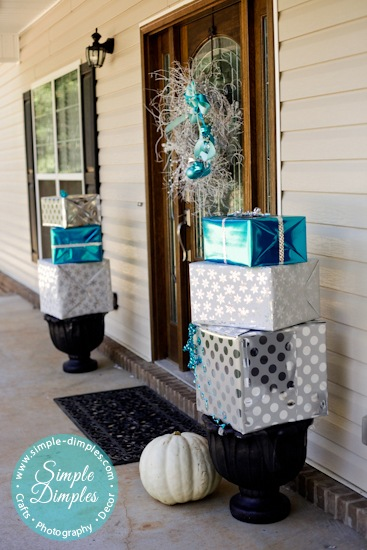 30 cute creative christmas decorating ideas for Easy front porch christmas decorations